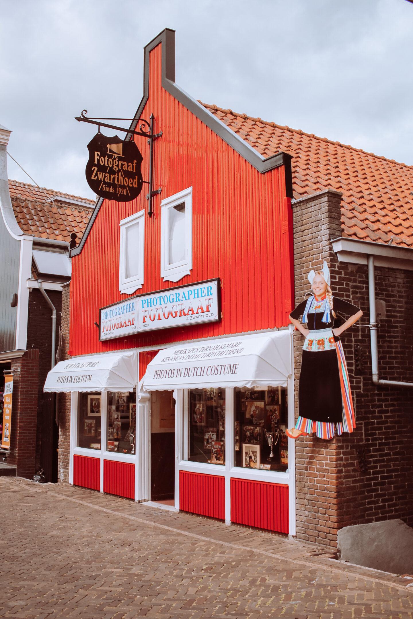 Op de foto in klederdracht Volendam